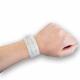 Bracelet médical avec insert sur le poignet.